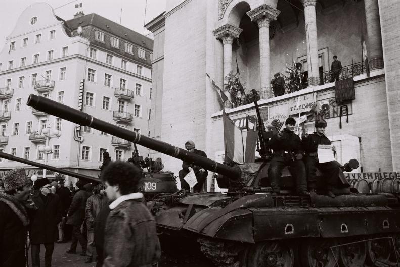 piata opereidin timisoara, aparata de tancurile armatei in 23 decembrie 1989